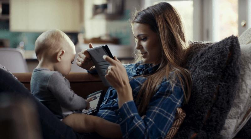 Mamma e bambino davanti al cellulare
