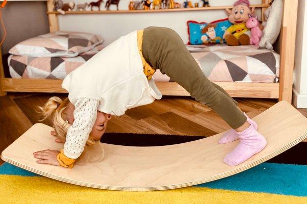 Bambina che gioca con la Balance board
