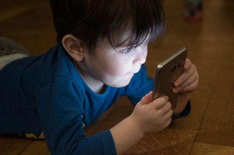 Bambino davanti al cellulare